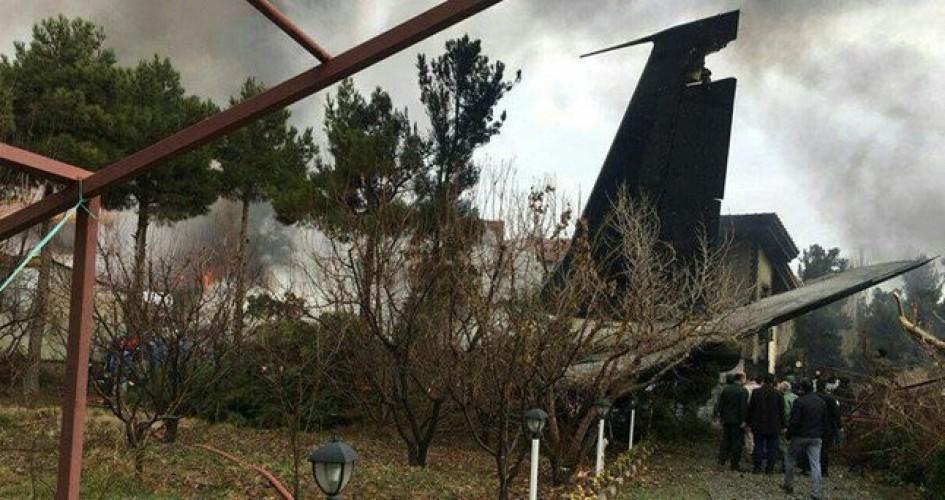 تحطم طائرة شحن تقل 10 أشخاص فوق مجمع سكني في ايران