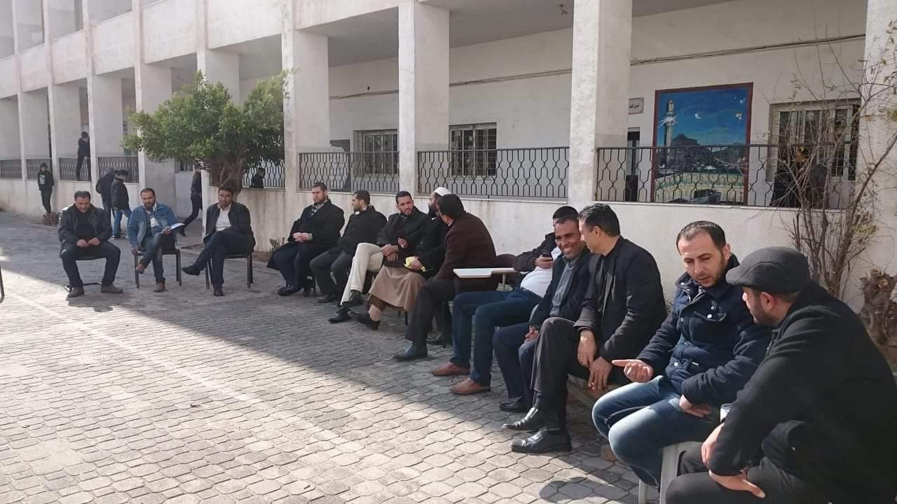 العاملون في المعاهد الأزهرية بغزة يواصلون إحتجاجهم