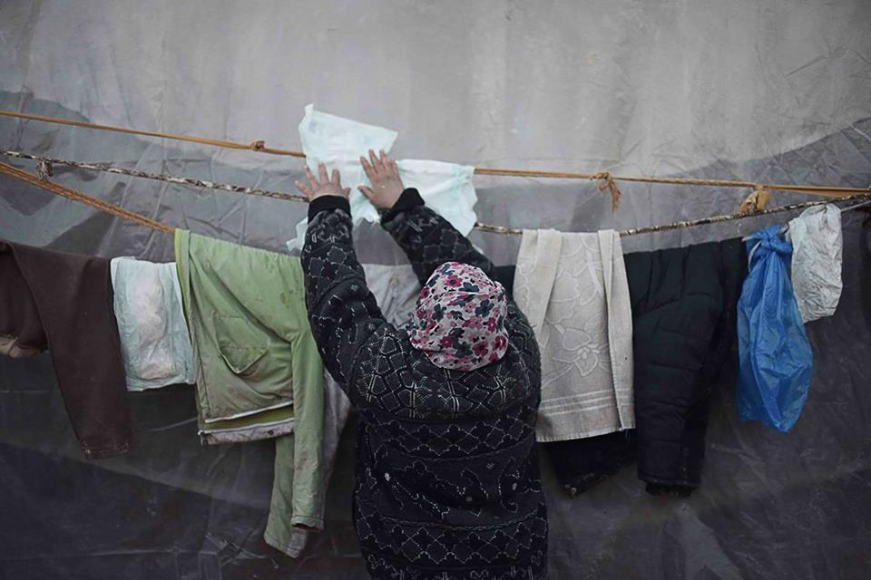 امرأة تغسل البامبرز وتعيد استخدامه في غزة ..