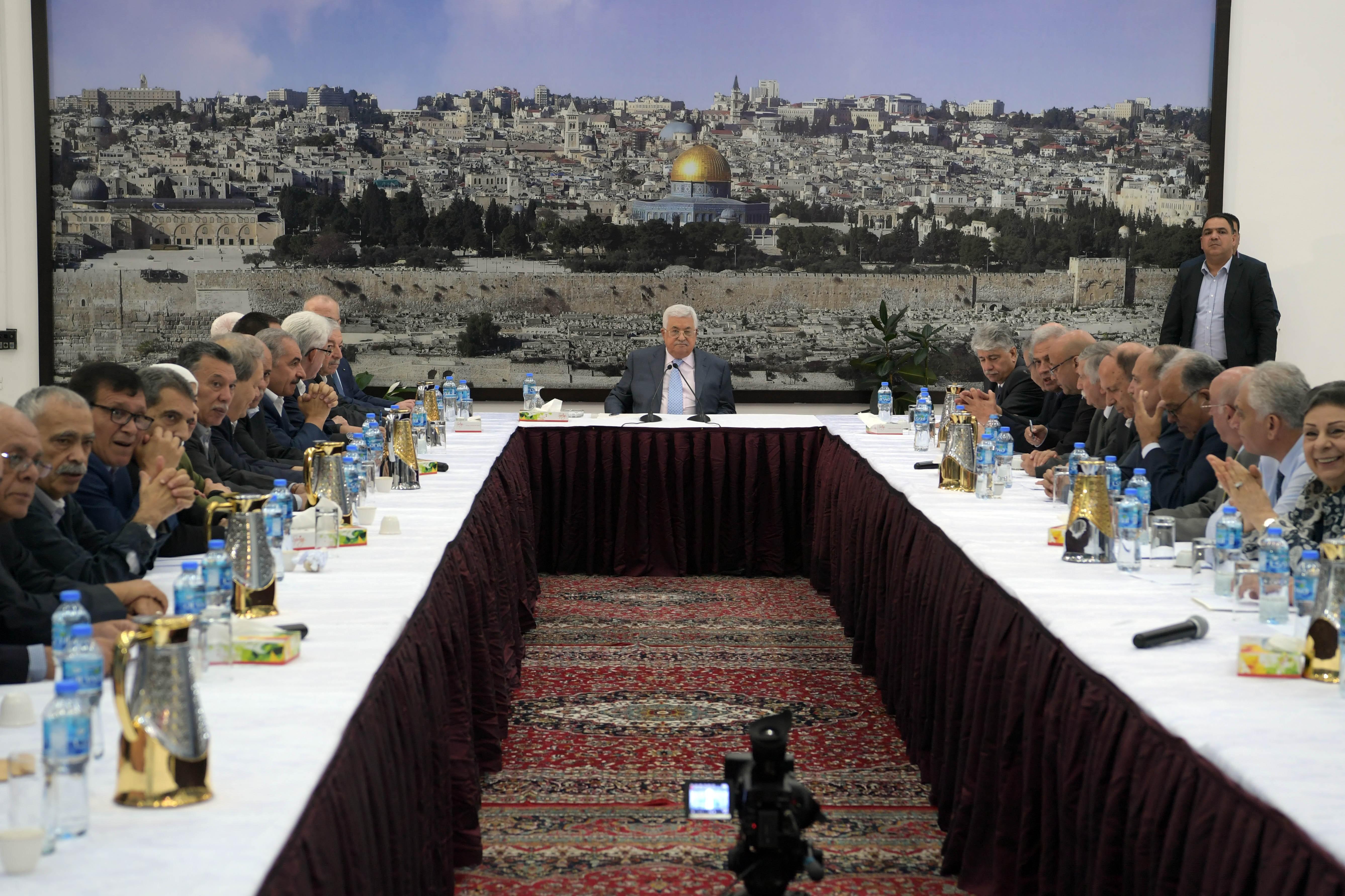 القيادة الفلسطينية تبحث عن بدائل مالية للرد على العقوبات الأمريكية