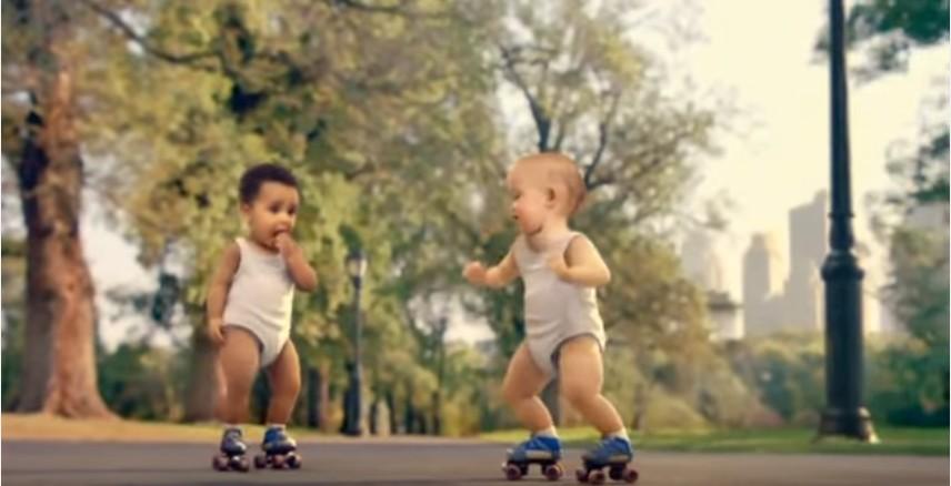 الأطفال المتزلجون