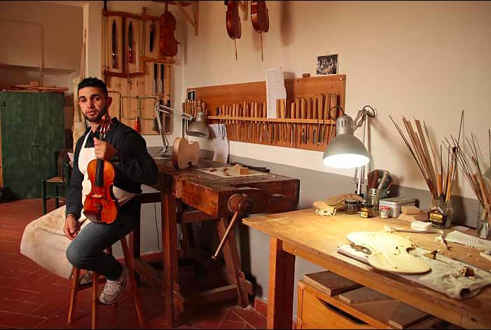 صانع الكمان الوحيد في رام الله يطمح لإصلاح الآلات الموسيقية في غزة.. إن سمحت له إسرائيل