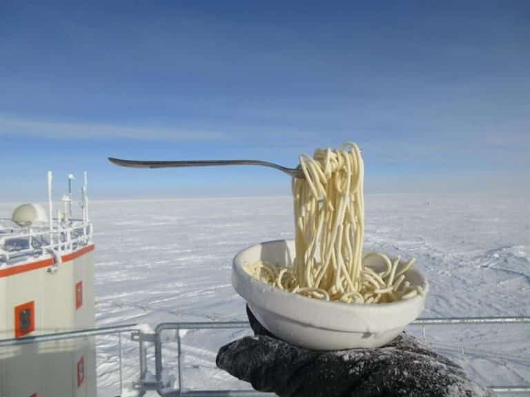 شاهد تجربة باحثان.. كيف تتجمد الأطعمة في القطب الجنوبي فوراً أثناء تحضيرها ؟