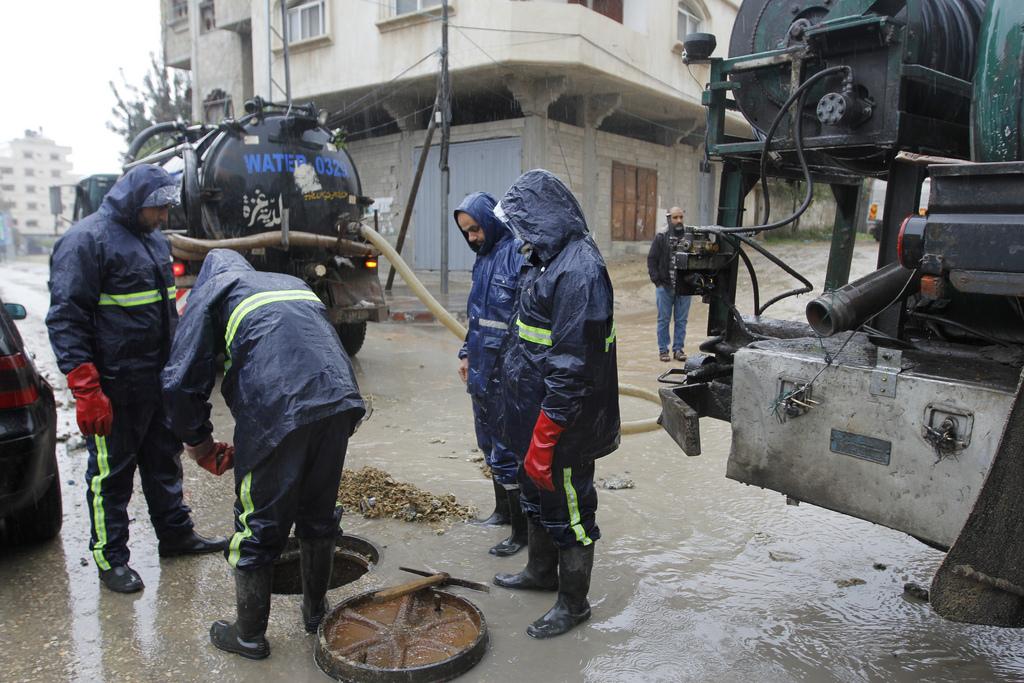 بلدية غزة تواصل معالجة آثار المنخفض وتدعو لإتباع الإرشادات