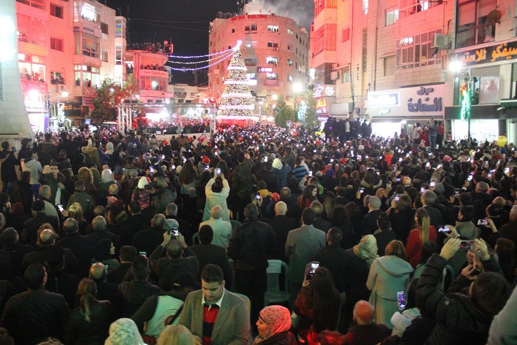 الشرطة تؤمن وتشارك باحتفال إضاءة شجرة عيد الميلاد المجيد في رام الله