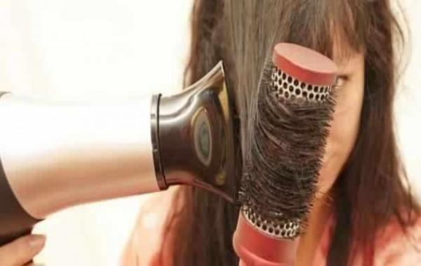 5 أخطاء شائعة تتلف الشعر عند تجفيفه