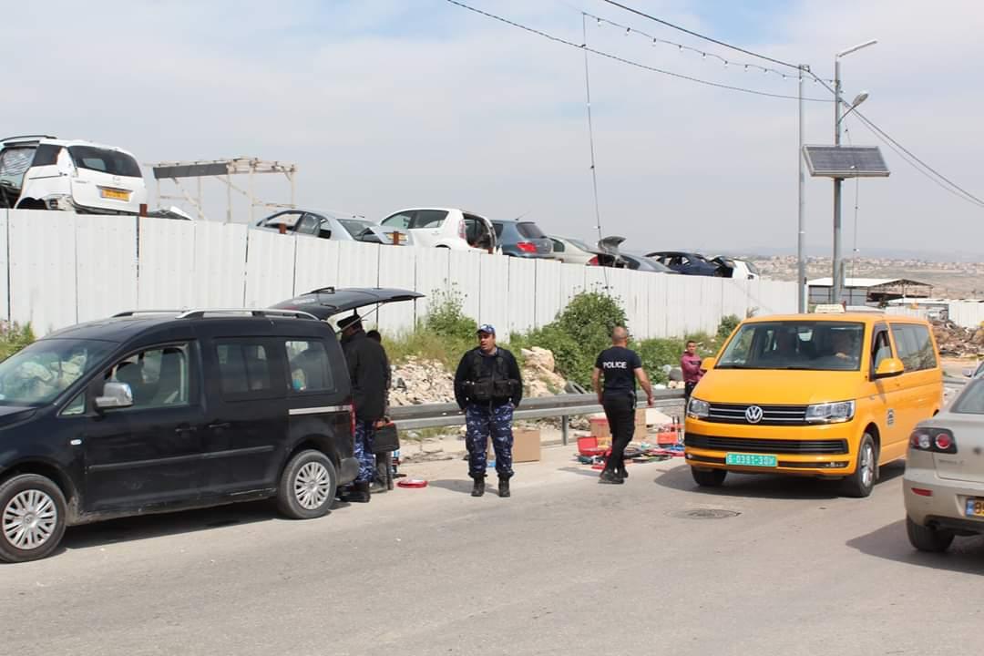الشرطة تزيل جملة من التعديات وتنظم الشارع العام في بلدة عناتا شمال القدس