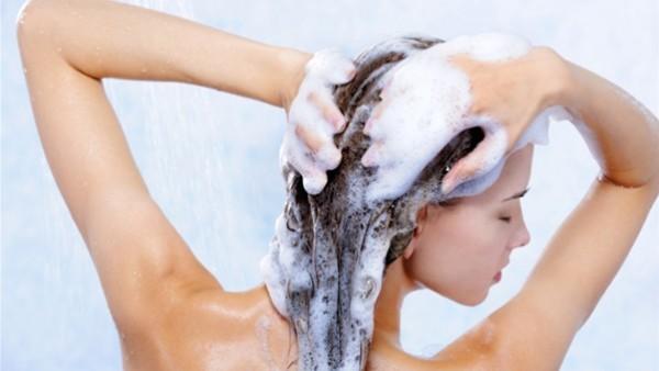 طريقة سهلة لتحضير شامبو طبيعي بالمنزل يُغذي شعرك