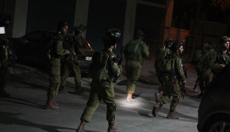 الخليل: الاحتلال يعتقل مواطنا من بلدة بيت امر