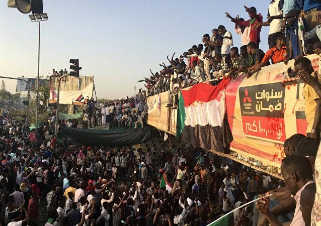 أول-تهنئة-عربية-للشعب-السوداني.jpg