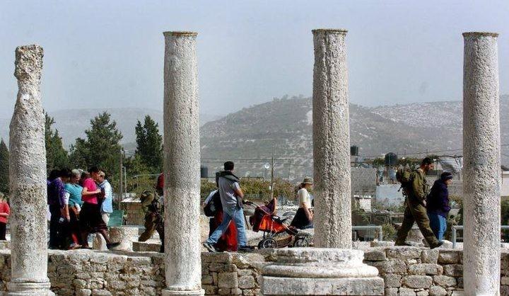 مستوطنون يقتحمون المنطقة الأثرية في سبسطية
