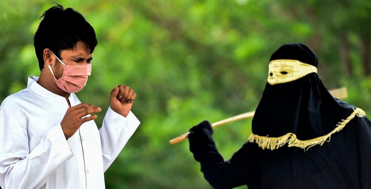 ثنائي-على-ارتداء-الكمامة-أثناء-جلدهما-في-إندونيسيا-صور.jpg